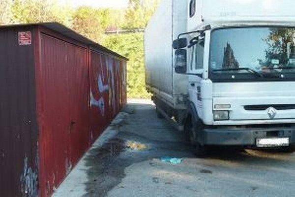 Nákladné auto zablokovalo výjazd zo štyroch garáží.