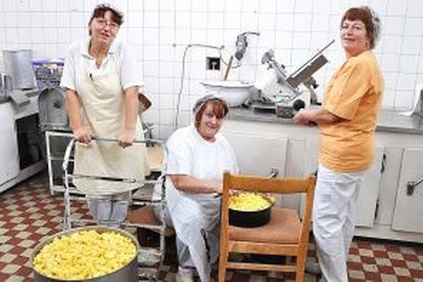 Pracovníčky sa tešia na novú kuchyňu.
