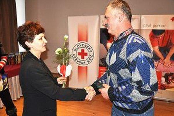 Stonásobnému darcovi Alojzovi Hudecovi ďakuje Marta Birasová, primárka HTO v Trstenej.