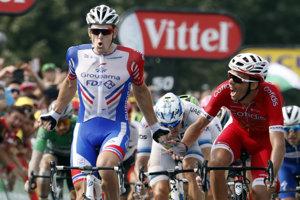 Peter Sagan (vľavo v zelenom drese) končí ôsmy v 18. etape na Tour de France 2018, víťazí Arnaud Démare.
