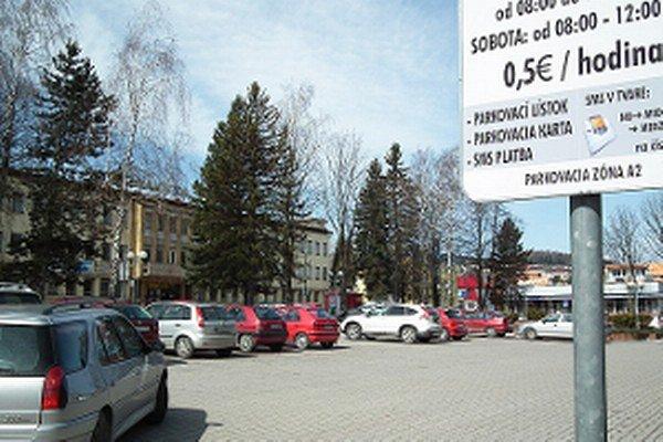 Platené parkoviská vlani zarobili mestu tisíce eur. Podľa samosprávy však majú iba regulačnú funkciu.