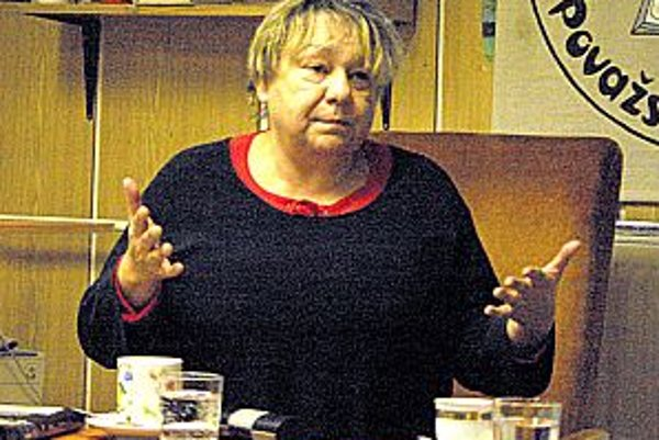 Spisovateľka Daniela Kapitáňová na besede v Považskej knižnici.