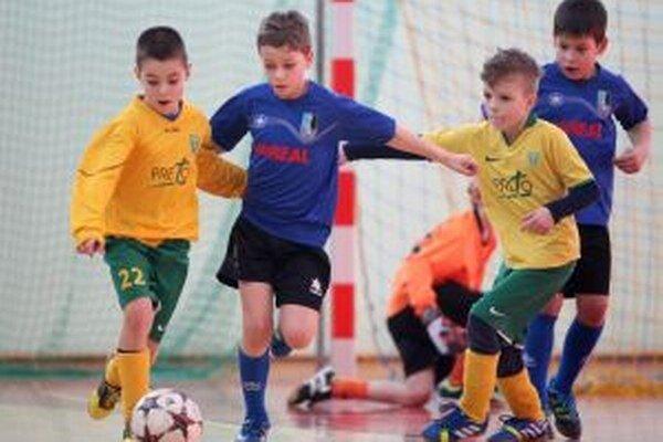 Domáce futbalové talenty (v modrom) si s mladými šošonmi hravo poradili.