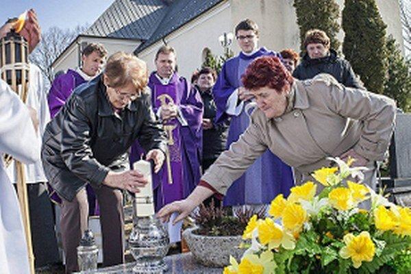 Modlitbou a zapálením sviece si pripomenuli dobrovoľníci zakladateľa organizácie Jána Keceru.
