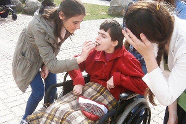 Tlačiť vozík dalo študentom zabrať.