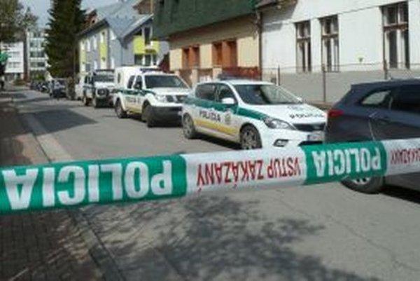 Ulicu zaplnili policajné autá. Polícia ju úplne uzavrela na niekoľko hodín.