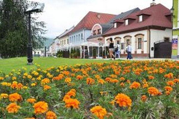 Kvety ozdobili námestia a parky.