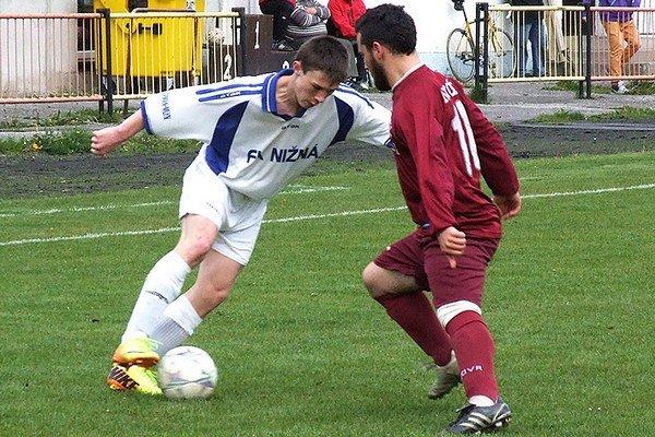 Tomáš Hvolka (vľavo) pomohol Nižnej k postupu štrnástimi gólmi.