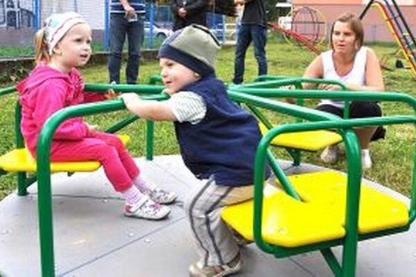 Na vynovených ihriskách sa deti budú hrať bezpečne.