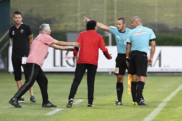 Trenčiansky tréner Ricardo Moniz je vykázaný na tribúnu Borisom Marhefkom.