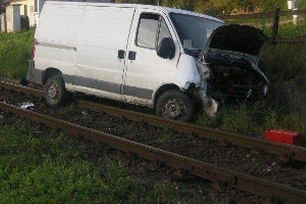Dodávku zastavila železničná trať.