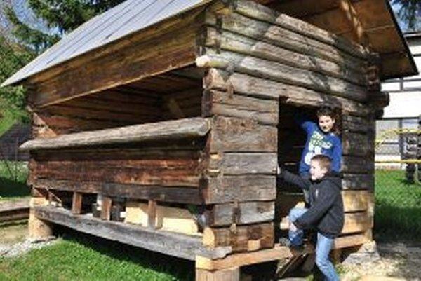 Starý včelín po takmer sto rokoch presťahovali do centra dediny.