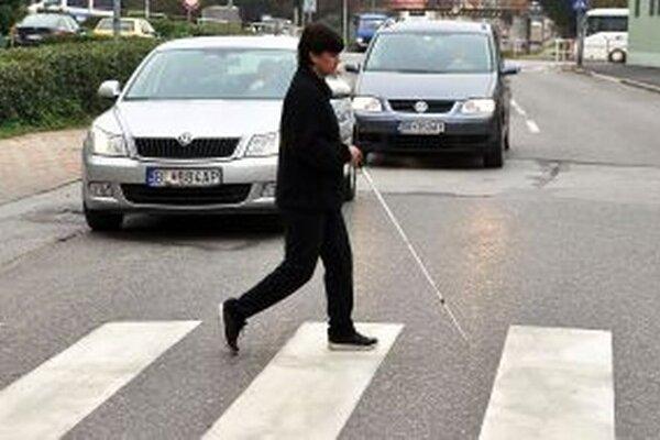Nevidiacim pri chôdzi a orientácii v teréne pomáha biela palica.