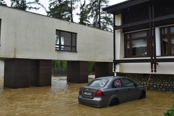 V Starej Lesnej prívalová voda zatopila hotel.