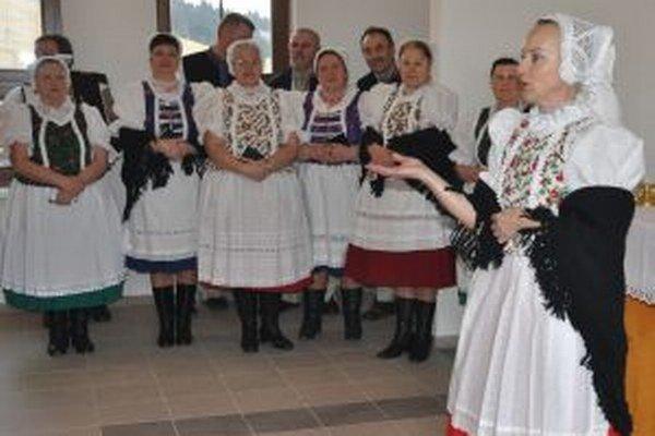 Anna Vojvodvá (vpravo) často reprezentovala dedinu v kroji.