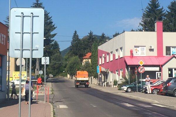 Časť komunikácie aj parkovisko oproti obchodnému domu budú na tri hodiny uzavreté.