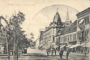 Hlavná ulica, v pozadí slávny Andrássyho palác.