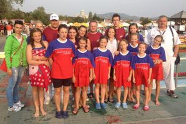 Plavci s trénermi.