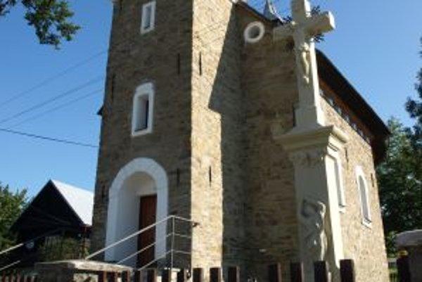 Obnovenú kaplnku aj kríž vidieť zďaleka.