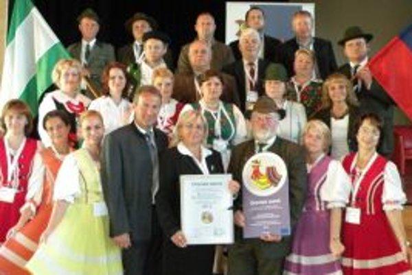 Ocenenie prebrali zástupcovia obce.