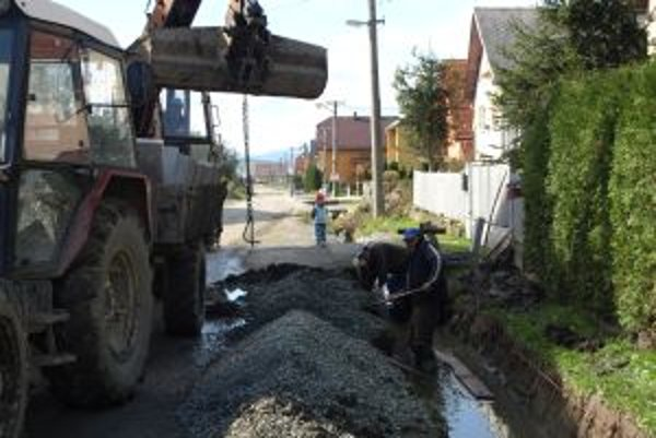 Robotníci nedávno dokončili rigoly na ulici neďaleko základnej školy.