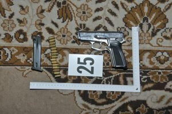 U mladých mužov našli aj plynové a poplašné pištole.