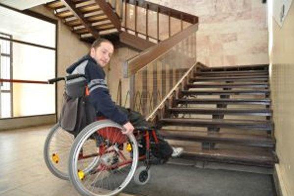 Schody na políci sú pre vozičkára neprekonateľná prekážka.