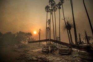 teplejšie počasie vysušuje rastliny a má za následok silnejšie požiare. Na zábere dym po kalifornskom požiari z 5. decembra 2017.