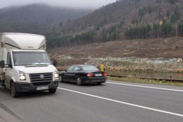 Práce na výstavbe diaľnice v Kraľovanoch na druhom brehu Oravy zastavili ochranári.