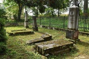 Hroby rodiny Wielandovcov na konci parku v obci Vlková.