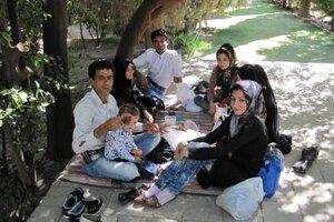 Iránci s obľubou stolujú pod holým nebom, piknikujú celé rodiny.
