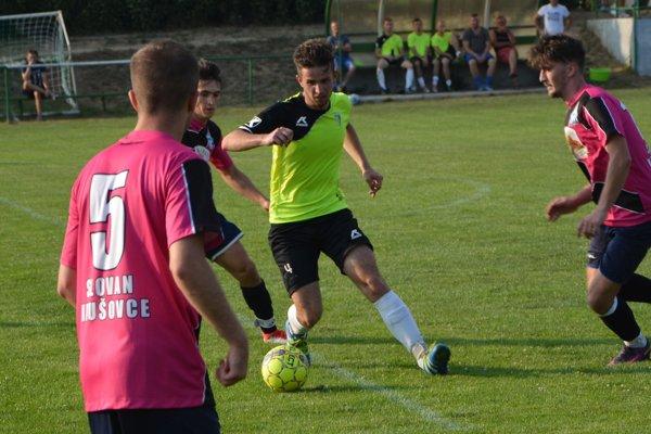 Jacovce doma vyhrali 3:2, prvý gól domácich v jesennej časti strelil Dávid Chrenko (s loptou).