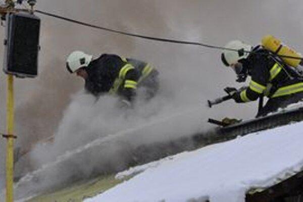Hasiči sa museli ku plameňom prerúbať cez strechu.