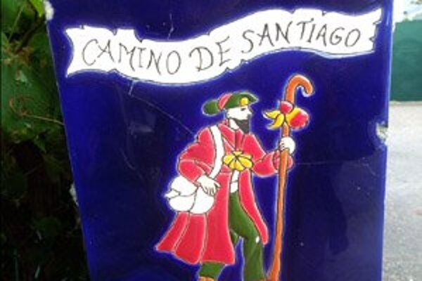 Pútnik pri ceste - jeden z mnohých spôsobov značenia ciest Camino de Santiago.