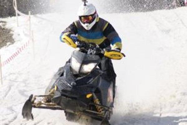 Snowcrossoví pretekár na trati.