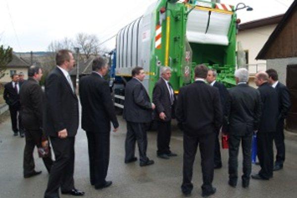 Nové auto sa prišlo ukázať do Hruštína, na minulotýždňové rokovanie Združenia miest a obcí Bielej Oravy.