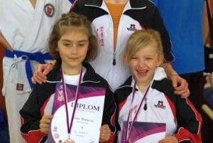 Medailistky Klára Hrubcová a Ema Kolenová s trénerkou.