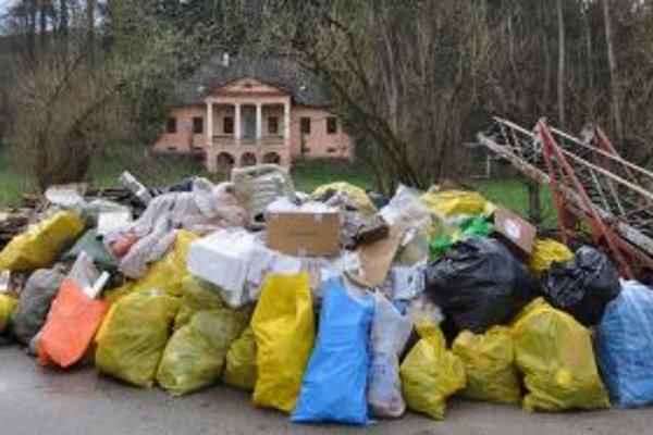 Odpad naplnil desiatky vriec.