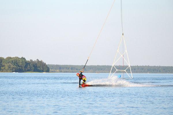 Iniciátori myšlienky a tvorcovia vodného vleku už majú za sebou prvé testovacie jazdy.