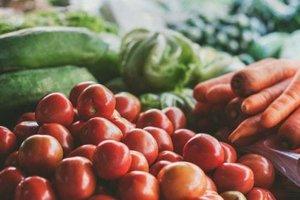 Zelenina. Napríklad paradajky, brokolica, kel, špenát, cibuľa, karfiol, ružičkový kel, uhorky.