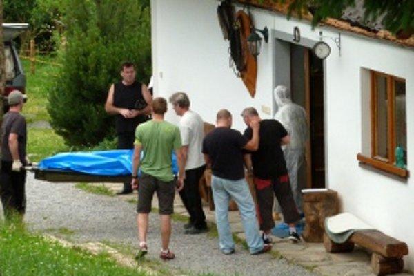 Pracovníci pohrebnej služby odnášajú telo jednej z obetí.