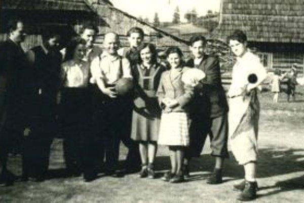 Volejbalové družstvo tvorili zástupcovia pedagogického zboru aj farár.