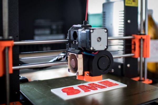 Pri trojrozmernej tlači sa materiál na seba vrství a vytvára 3D reliéf.