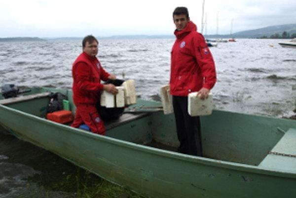 Zatiaľ budú plavčíci hliadkovať na rybárskom člne.