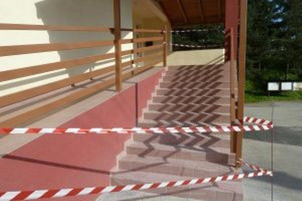 Poškodené schody už opravili.