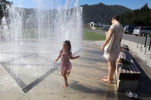 Dievča sa ovlažuje vodou z fontány pri Technickej univerzite.