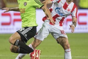 Hráč FC Spartak Trnava Anton Sloboda (vľavo) a Nemanja Radonkić (Belehrad) v súboji počas zápasu.