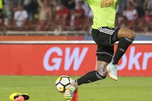 Hráč FC Spartak Trnava Marvin Egho a brankár Milan Borjan (Belehrad) v závere zápasu.