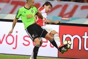 Hráč FC Spartak Trnava Erik Grendel (vľavo) a Filip Stojkovič (Belehrad) v súboji o loptu.