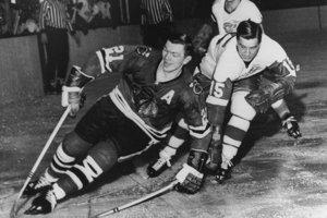 Stan Mikita (vľavo) uniká Tedovi Lindsayovi z Detroitu Red Wing. Fotografia je z februára 1965.